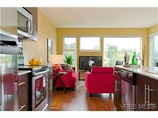 Photo 4: 103 1405 Esquimalt Road in VICTORIA: Es Saxe Point Townhouse for sale (Esquimalt)  : MLS®# 301002
