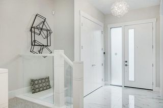 Photo 3: 404 12 Avenue NW in Calgary: Crescent Heights Detached for sale : MLS®# C4301428