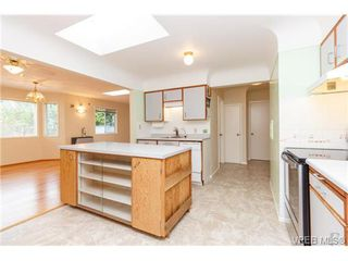 Photo 10: 515 Broadway St in VICTORIA: SW Glanford Single Family Detached for sale (Saanich West)  : MLS®# 712844