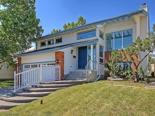 Photo 2: 31 WOODMONT Way SW in Calgary: Woodbine House for sale : MLS®# C4125485