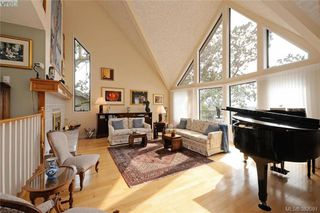 Photo 2: 878 Denford Crescent in VICTORIA: SE Lake Hill Single Family Detached for sale (Saanich East)  : MLS®# 382091