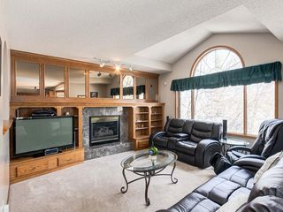 Photo 5: 304 RIVERVIEW Close SE in Calgary: Riverbend Detached for sale : MLS®# C4242495