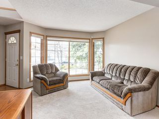 Photo 3: 304 RIVERVIEW Close SE in Calgary: Riverbend Detached for sale : MLS®# C4242495