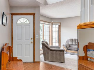 Photo 2: 304 RIVERVIEW Close SE in Calgary: Riverbend Detached for sale : MLS®# C4242495