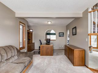 Photo 4: 304 RIVERVIEW Close SE in Calgary: Riverbend Detached for sale : MLS®# C4242495