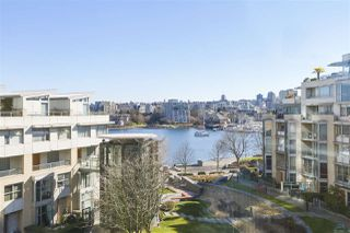 "Photo 1: 605 1228 MARINASIDE Crescent in Vancouver: Yaletown Condo for sale in ""CRESTMARK II"" (Vancouver West)  : MLS®# R2427268"