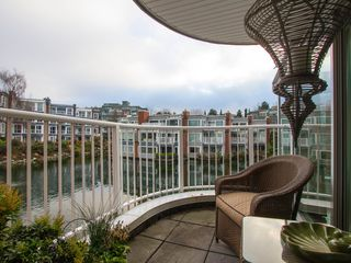"Photo 11: 1592 ISLAND PARK Walk in Vancouver: False Creek Townhouse for sale in ""LAGOONS"" (Vancouver West)  : MLS®# V1099043"