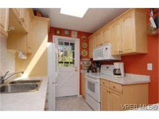 Photo 5:  in VICTORIA: SE Mt Doug Row/Townhouse for sale (Saanich East)  : MLS®# 477417