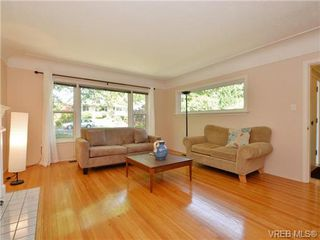 Photo 4: 1887 Forrester St in VICTORIA: SE Camosun Single Family Detached for sale (Saanich East)  : MLS®# 735465