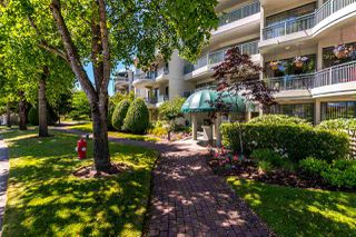 "Photo 2: 301 1785 MARTIN Drive in Surrey: Sunnyside Park Surrey Condo for sale in ""Southwynd"" (South Surrey White Rock)  : MLS®# R2185400"