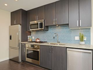 "Photo 3: 807 38 W 1ST Avenue in Vancouver: False Creek Condo for sale in ""THE ONE"" (Vancouver West)  : MLS®# R2355238"