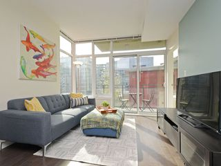 "Photo 1: 807 38 W 1ST Avenue in Vancouver: False Creek Condo for sale in ""THE ONE"" (Vancouver West)  : MLS®# R2355238"