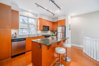 "Photo 3: 2284 ST. GEORGE Street in Vancouver: Mount Pleasant VE Townhouse for sale in ""VANTAGE"" (Vancouver East)  : MLS®# R2313489"