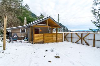 Photo 1: 4077 LAKEMOUNT Road in Abbotsford: Sumas Mountain House for sale : MLS®# R2229779