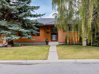 Photo 1: 512 OAKWOOD Place SW in Calgary: Oakridge Detached for sale : MLS®# C4264925