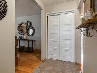 Photo 8: 512 OAKWOOD Place SW in Calgary: Oakridge Detached for sale : MLS®# C4264925