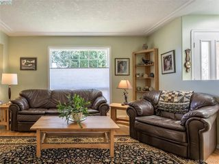 Photo 3: 4570 Viewmont Avenue in VICTORIA: SW Royal Oak Single Family Detached for sale (Saanich West)  : MLS®# 386036