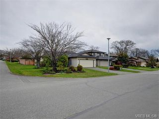 Photo 1: 4077 N Livingstone Ave in VICTORIA: SE Mt Doug Single Family Detached for sale (Saanich East)  : MLS®# 753942