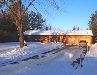 Main Photo: 127 Pinewood Blvd in Kawartha Lakes: Freehold for sale : MLS®# X3124971