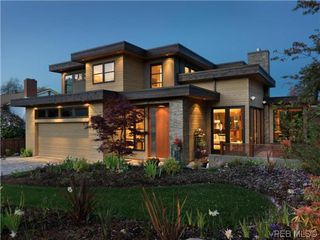 Photo 1: 915 Runnymede Place in VICTORIA: OB South Oak Bay Single Family Detached for sale (Oak Bay)  : MLS®# 318840