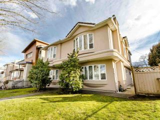 Photo 3: 2208 E 43RD Avenue in Vancouver: Killarney VE House for sale (Vancouver East)  : MLS®# R2437470