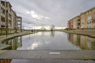 Photo 2: 111 10 RENAISSANCE SQUARE in New Westminster: Quay Condo for sale : MLS®# R2431581