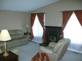 Photo 5: Charming 4 Bedroom Bungalow