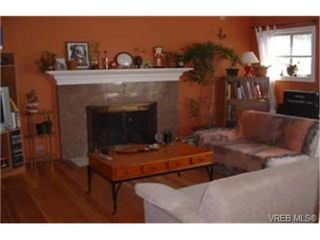 Photo 2: 630 Baker St in VICTORIA: SW Glanford Single Family Detached for sale (Saanich West)  : MLS®# 337520