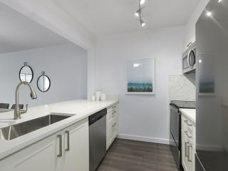 "Photo 12: 303 1550 MARINER WALK in Vancouver: False Creek Condo for sale in ""Mariner Point"" (Vancouver West)  : MLS®# R2441807"