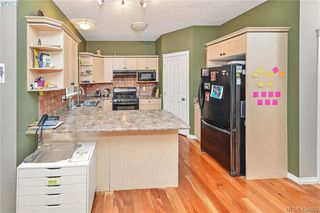 Photo 5: 102 Stoneridge Close in VICTORIA: VR Hospital House for sale (View Royal)  : MLS®# 841008