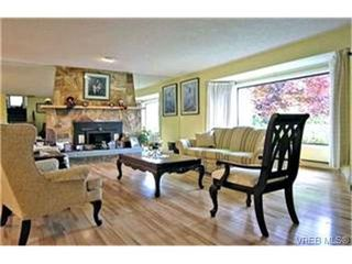 Photo 2: 4132 Mariposa Hts in VICTORIA: SW Strawberry Vale House for sale (Saanich West)  : MLS®# 419041