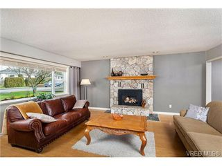 Photo 3: 2207 Edgelow Street in VICTORIA: SE Arbutus Residential for sale (Saanich East)  : MLS®# 334000