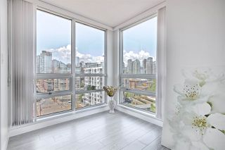 Photo 9: 1602 1201 MARINASIDE Crescent in Vancouver: Yaletown Condo for sale (Vancouver West)  : MLS®# R2401995