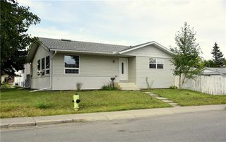Main Photo: 2504 56 Street NE in Calgary: Pineridge Detached for sale : MLS®# C4262027