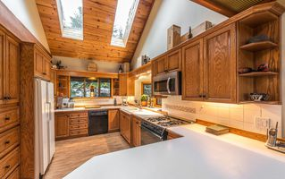 """Photo 4: 2310 CAYLEY Close in Whistler: Bayshores House for sale in """"BAYSHORES"""" : MLS®# R2525614"""