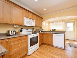 Photo 2: 3160 Aldridge St in : SE Camosun Single Family Detached for sale (Saanich East)  : MLS®# 845731