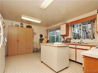 Photo 11: 240 Burnett Rd in VICTORIA: VR Six Mile House for sale (View Royal)  : MLS®# 626557