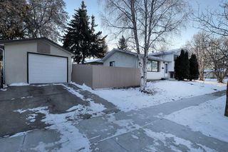 Photo 3: 20 Linwood Crescent in St. Albert: House for lease