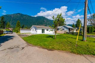 Photo 1: 274 CARIBOO Avenue in Hope: Hope Center House for sale : MLS®# R2486567