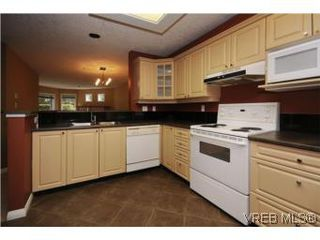 Photo 1: 111 1083 Tillicum Road in VICTORIA: Es Kinsmen Park Condo Apartment for sale (Esquimalt)  : MLS®# 274892