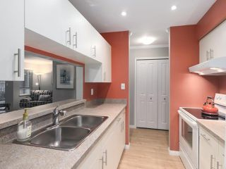 """Photo 11: 203 15991 THRIFT Avenue: White Rock Condo for sale in """"ARCADIAN"""" (South Surrey White Rock)  : MLS®# R2426934"""