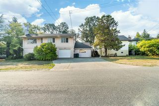 Photo 1: 949 McBriar Ave in : SE Lake Hill House for sale (Saanich East)  : MLS®# 854961