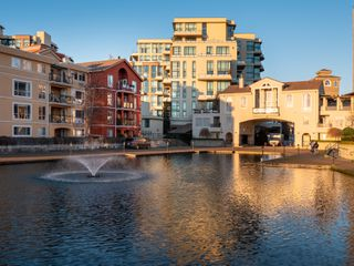 Photo 21: 329 10 RENAISSANCE SQUARE in New Westminster: Quay Condo for sale : MLS®# R2330423