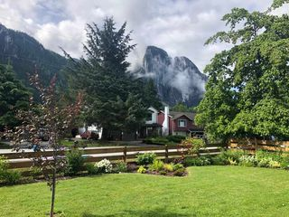 Photo 2: 38335 CHESTNUT Avenue in Squamish: Valleycliffe House for sale : MLS®# R2466332