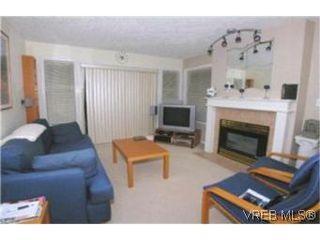 Photo 3: 205 971 McKenzie Ave in VICTORIA: SE Quadra Condo for sale (Saanich East)  : MLS®# 383024