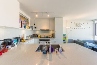 """Photo 9: 1404 668 COLUMBIA Street in New Westminster: Quay Condo for sale in """"TRAPP + HOLBROOK"""" : MLS®# R2447017"""