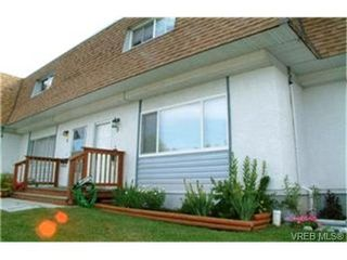 Photo 1: 3 1040 Kenneth St in VICTORIA: SE Lake Hill Row/Townhouse for sale (Saanich East)  : MLS®# 406213
