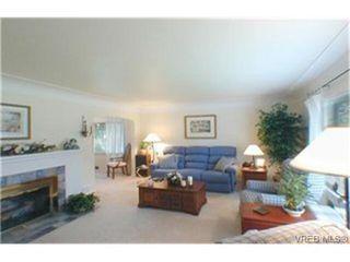 Photo 2: 2047 Neil St in VICTORIA: OB Henderson House for sale (Oak Bay)  : MLS®# 340093
