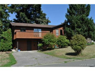 Photo 1: 546 Leaside Ave in VICTORIA: SW Glanford Single Family Detached for sale (Saanich West)  : MLS®# 651452