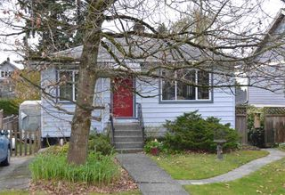 Photo 1: 423 E 12TH Street in North Vancouver: Central Lonsdale House for sale : MLS®# R2451360